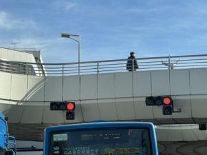歩道橋の上にお巡りさん